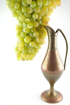 Free White Grapes And Stone Jug Royalty Free Stock Photo - 15983605