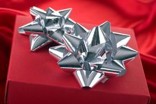 Free Red Gift Box With Silver Bows. Stock Photos - 16000393