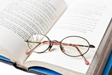 Book With Eye Glass Royalty Free Stock Images