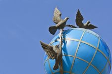 Free Globe With Doves Stock Photography - 16022792