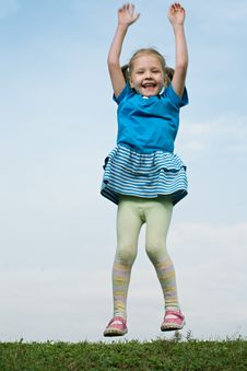 Little Girl Jump Om Grass Royalty Free Stock Images