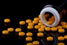 Free Yellow Pills Royalty Free Stock Photos - 16117188