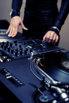 Free Female Rnb Deejay Playing Turntables Royalty Free Stock Photo - 16154765