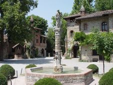 Free Italian Ghost Village And Fountain Royalty Free Stock Photography - 1629047