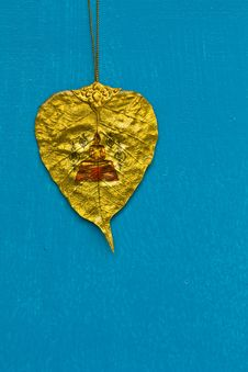 GOLD BODHI LEAF WITH BUDDHA IMAGE Royalty Free Stock Photography