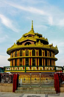 Free Gold Pagoda In Sky Background Royalty Free Stock Photos - 16245048