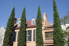 Free Shrubs And Southern Mansion Royalty Free Stock Images - 16256949