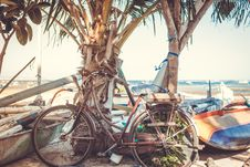 Free Vintage Retro Bicycle On The Beach. Royalty Free Stock Photos - 162501748