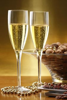 Free Glasses Of Champagne With Gold Background Stock Photo - 16303690