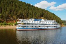 Free White River Cruise Boat Royalty Free Stock Photography - 16320417