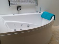 Free Bathtub Jacuzzi In A Modern Trendy Batroom Stock Images - 16323294