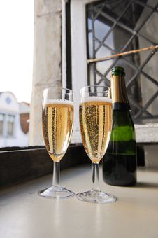 Free Serve Champagne Stock Photo - 16357710