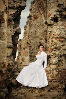 Free Bride Sitting On Ruins Royalty Free Stock Image - 16372926