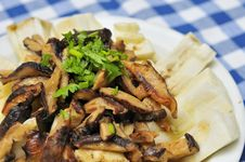 Free Mushrooms Topping On Brinjal Cuisine Stock Photography - 16390632