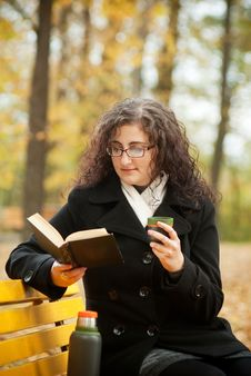 Free Young Woman Reading Book And Drinkin Coffee Royalty Free Stock Images - 16394899