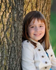 Free Brunette Girl Leaning Against Tree Royalty Free Stock Images - 16400419