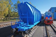 Free Blue Freight Car For Loose Freight And Shunting Royalty Free Stock Images - 16410069