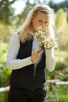 Free Young Blonde Girl With A Bouquet Of Daisies Royalty Free Stock Images - 16415719