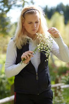 Free Blonde Girl Looks At The Bouquet Of Daisies Royalty Free Stock Photo - 16415725