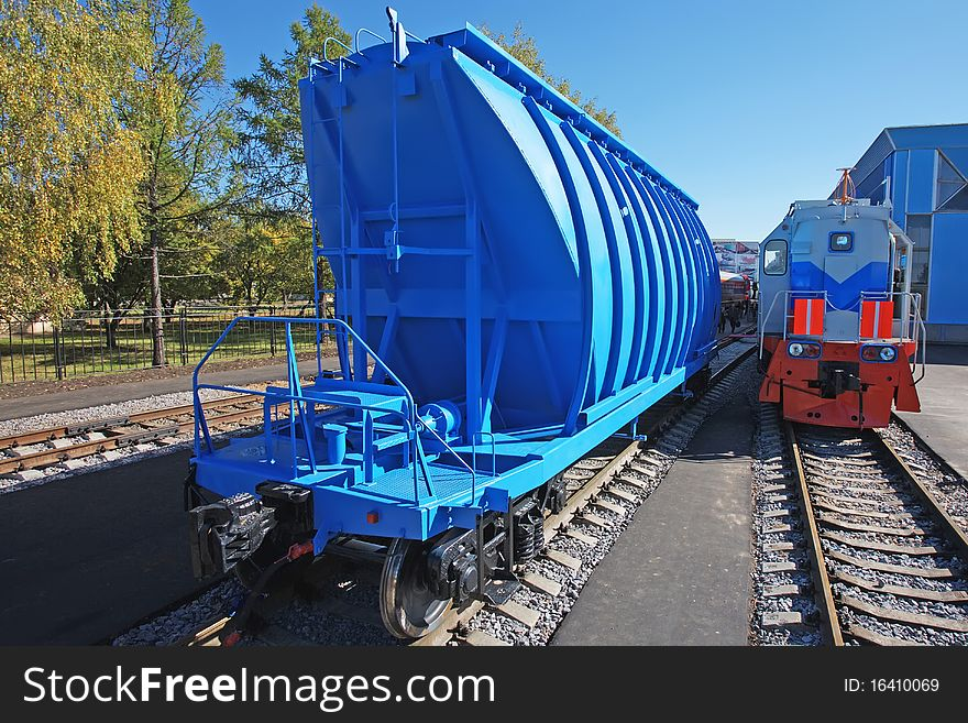 Blue freight car for loose freight and shunting