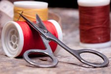 Free Threads And Scissors Royalty Free Stock Image - 16429636