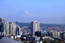 Free Mt. Rainier & Buildings In Seattle WA. Royalty Free Stock Photos - 16462088
