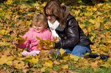 Free Mama With A Daughter In Autumn Park Royalty Free Stock Photos - 16466088