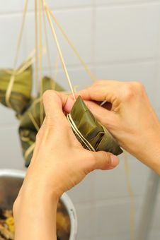 Free Tying A Meat Dumpling Royalty Free Stock Photography - 16482537