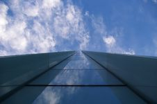 Free Modern Building Reflecting Clouds Royalty Free Stock Photography - 16482817