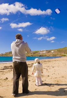 Free A Little Girl And Dad Run Kite In Sky With Clouds Royalty Free Stock Images - 16482819