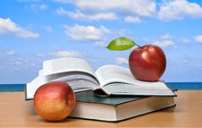 Free Red Apples And  Books Royalty Free Stock Photos - 16496078