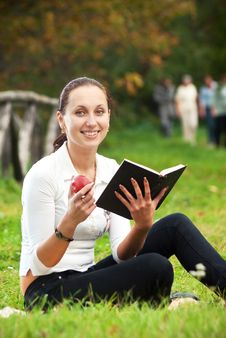 Free Youn Smiling Woman Sitting On Green Grass Royalty Free Stock Images - 16497929