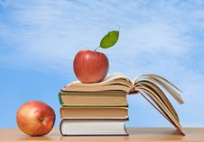 Free Red Apples And Books Stock Photography - 16508372