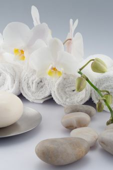 Free White Towels And Stones With Soap Royalty Free Stock Images - 16510029