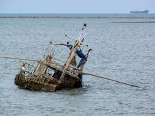Free The Old Boat In The Sea Royalty Free Stock Photo - 16517145