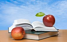 Free Red Apples And  Books Royalty Free Stock Photography - 16522067