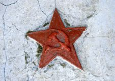 Free Red Soviet Star On Cracked Wall Royalty Free Stock Images - 16547369