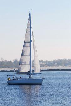 Free White Yacht Sailing Royalty Free Stock Photo - 16578945