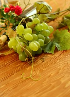 Free Fresh Grapes, Vine And Vine Bottle On Wooden Stock Photography - 16621332