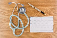 Free Stethoscope ECG Graph And Pen Royalty Free Stock Images - 16641419