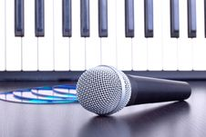 Free Microphone, Cd Disks And Piano Keyboard Royalty Free Stock Photography - 16652247