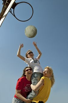 Free Girls Throwing The Ball In The Basket Royalty Free Stock Image - 16652256