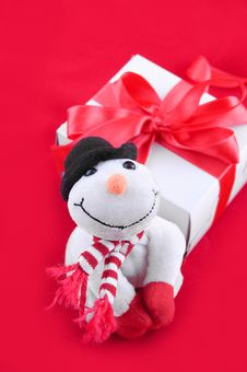 Snowman And Giftbox Royalty Free Stock Image