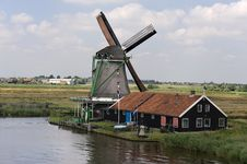 Free Dutch Windmill On A Canals Edge Stock Photography - 16656172
