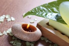 Free Spa Setting With Burning Candle Royalty Free Stock Photos - 16671228