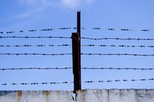 Free Barbed Wire Royalty Free Stock Photos - 16677338
