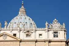 Free Statues On Top Of A St. Peter S Basilica Royalty Free Stock Photography - 16678107