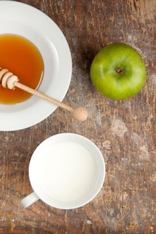 Free Breakfast With Milk, Honey And Apple Stock Photo - 16690800