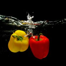 Free Red And Yellow Peppers Splashing Into Water Royalty Free Stock Photography - 16708667
