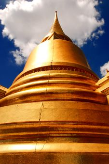 Free The Main Golden Stupa At Wat Pra Kaew Royalty Free Stock Photos - 16738718